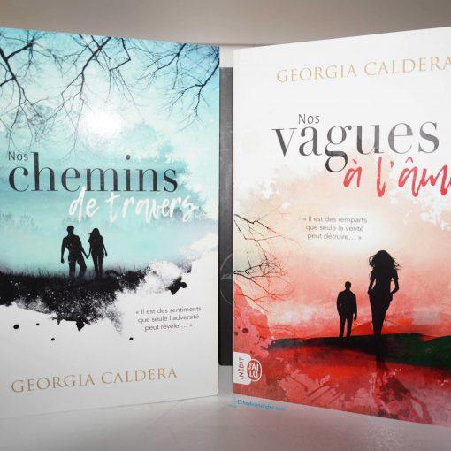 Photo des deux livres : Nos Chemins de Travers et Nos Vagues à l'âme de Georgia Caldera - photo prise par Echo Des Mondes