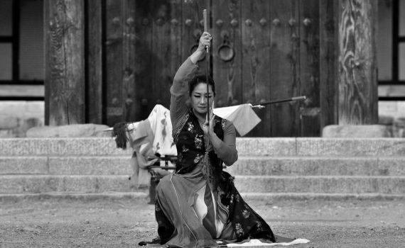 guerrière asiatique sabre au repos